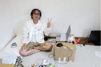「ダンボールの机でもちゃんと仕事できる!」と語る中川淳一郎氏