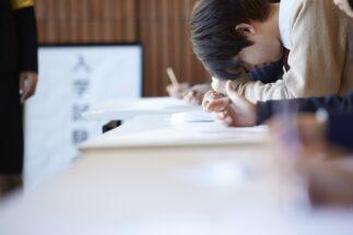 周りの受験生のことは気にせず、試験問題に集中したいが…(イメージ)