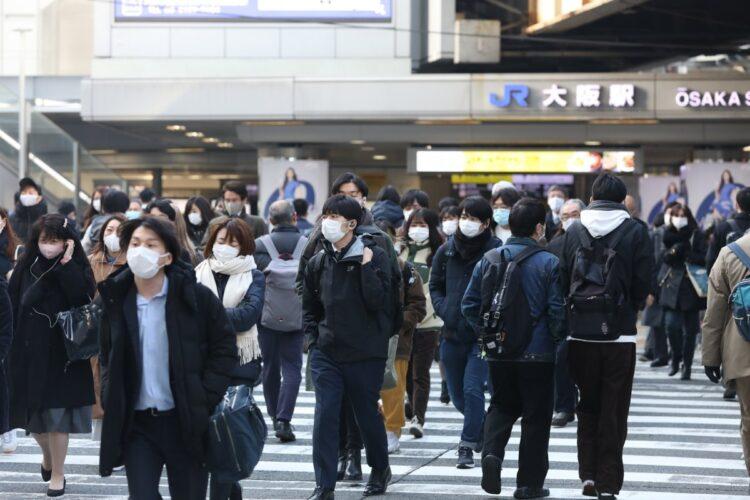 マスク着用などの新しい生活様式が人口動態にどう影響しているのか(時事通信フォト)