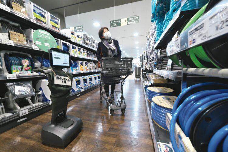 「カインズくん1号」と名付けられたロボットが売り場を案内してくれる