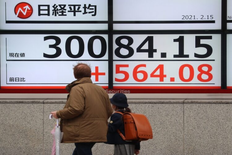 猛烈なスピードで3万円を突破した日経平均株価(写真/時事通信フォト)