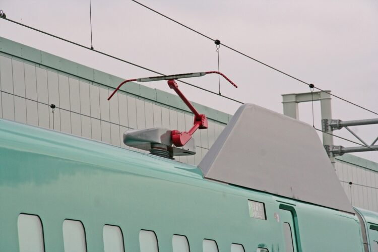 JR東日本新幹線に設置されているパンタグラフとトロリ線(筆者撮影)