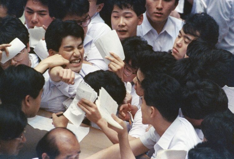30年前のバブルと今の株高は何が違う?(写真は1988年、東京証券取引所の風物詩だった「場立ち」/時事通信フォト)