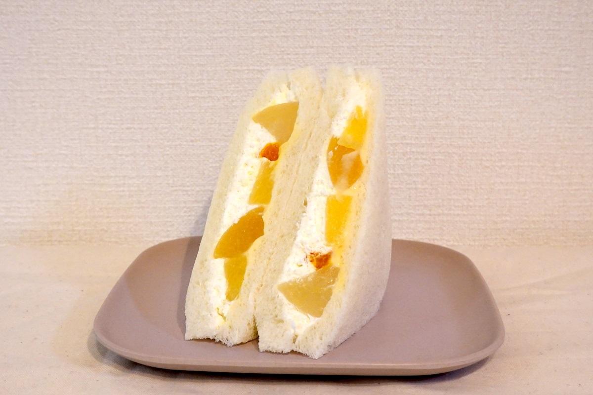 セブン-イレブン『たっぷりフルーツミックスサンド』。黄色いフルーツが多く使われている