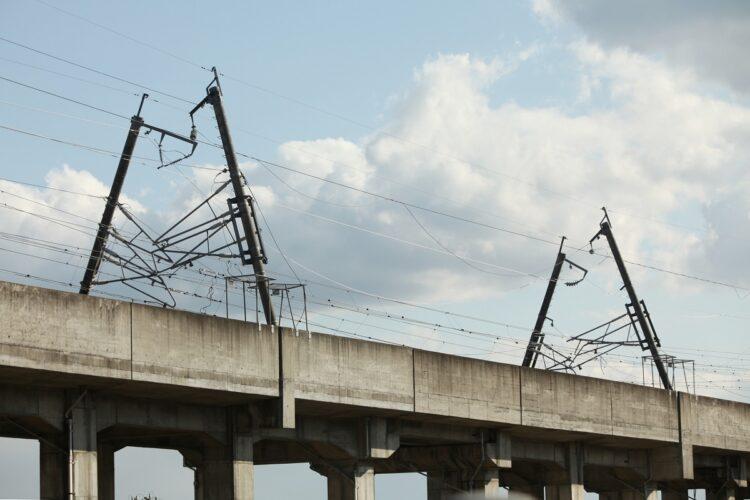 東日本大震災で損傷した東北新幹線の電柱(写真/2011年3月、時事通信フォト)