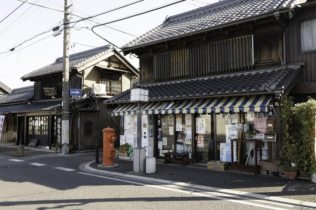旧・日光街道沿いは趣のある建物が並ぶ(古河の街並み)
