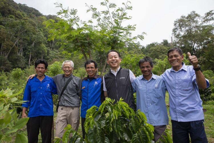 柴田裕社長(右から3番目)自らコーヒー生産者との交流を深めている