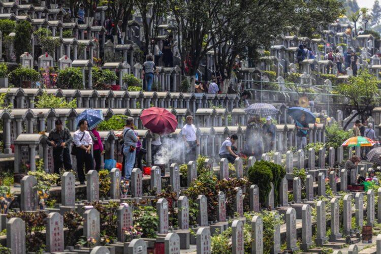 中国で葬儀・墓参りのスタイルが変わろうとしている(広東省広州市。EPA=時事)