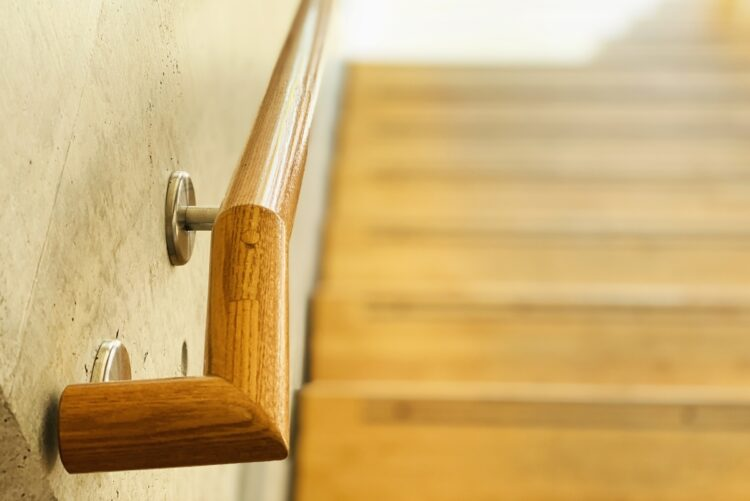 独り身の高齢者が子供夫婦と同居すると様々なストレスも(イメージ)
