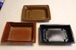 セブン-イレブン『レモン塩だれのねぎ豚カルビ弁当(麦飯)』の容器(上)、ローソン『ねぎ塩豚カルビ弁当(もち麦入りご飯)』の容器(左下)、ファミリーマート『『炙り焼三元豚のねぎ塩カルビ重(麦飯)』の容器(右下)