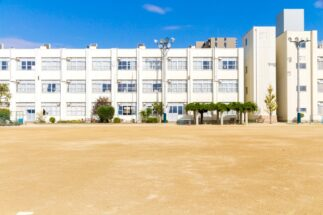 学校の隣に家があれば、直前まで寝ていられるが…(イメージ)