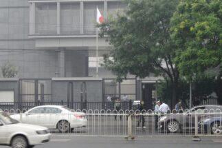 北京の日本大使館では85人の中国人スタッフが働いているという(時事通信フォト)
