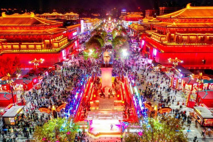 すでに中国では人流も復活している(4月17日、西安のイルミネーション。Getty Images)