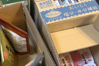 広瀬さん(仮名)のリビングには、箱に入った食料や飲料が乱雑に置かれている
