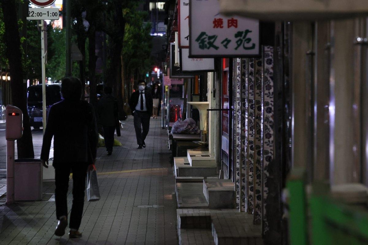 緊急事態宣言発令でネオンも消えて閑散とする銀座の飲食店街(時事通信フォト)