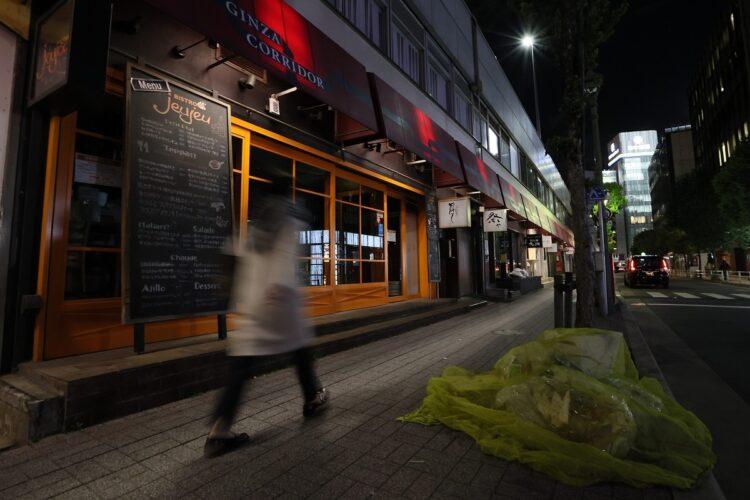 3度目の緊急事態宣言を受け、閑散とした東京・銀座の飲食店街(写真/時事通信フォト)