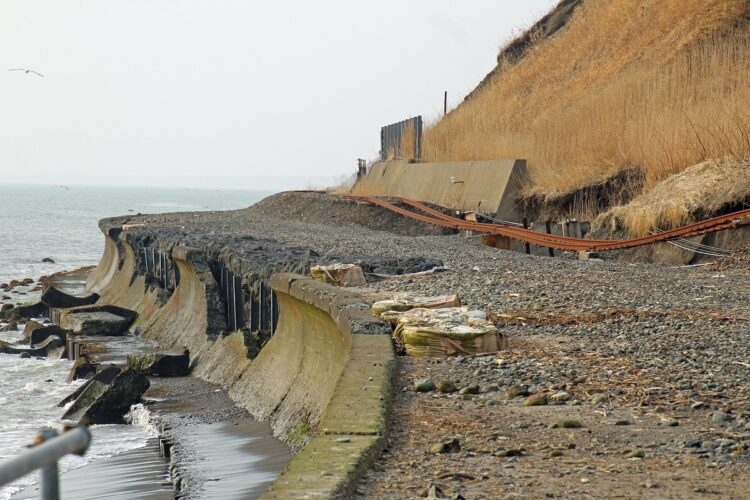 高波被害に遭った日高線の線路。線路を守っていた護岸壁の傷跡も痛々しい(筆者撮影)
