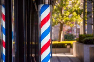 常連客に支えられていることも多い街の理髪店(イメージ)