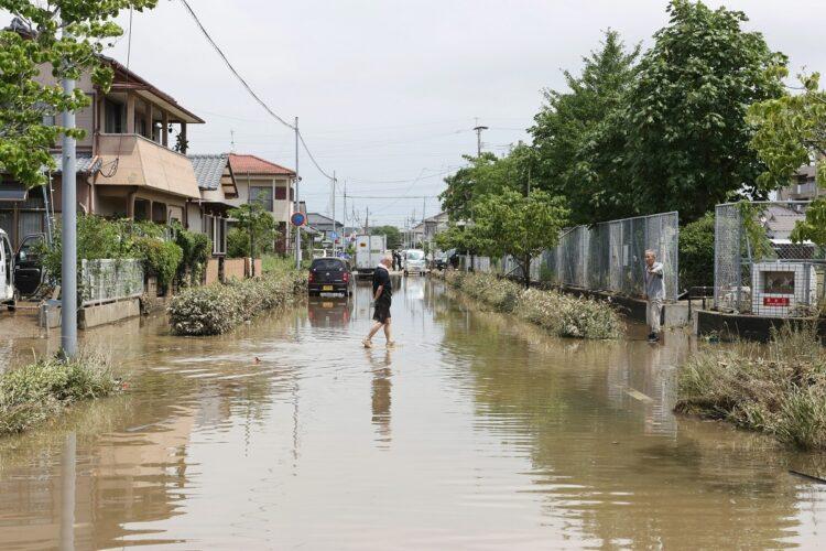 大雨で冠水した福岡県大牟田市の道路(2020年7月8日、写真/時事通信社)