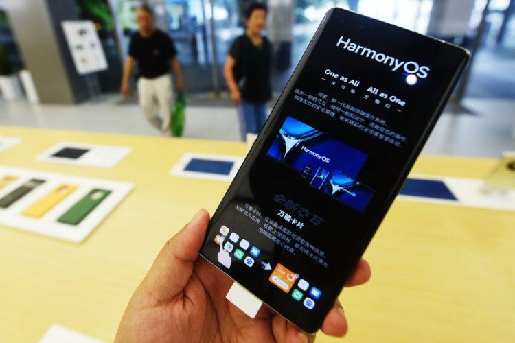 ファーウェイの新OS「Harmony OS2」搭載のスマートフォン(Getty Images)