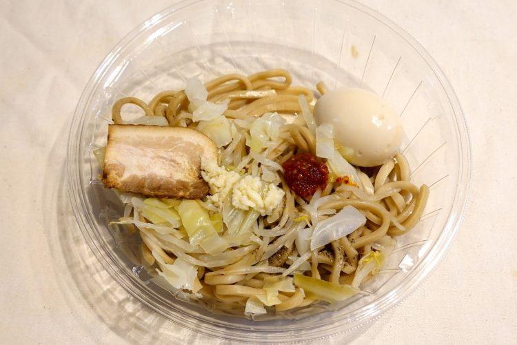 ローソン『麺屋武蔵監修 冷し真剣そば』。ゆで卵はまるごと1個入っている