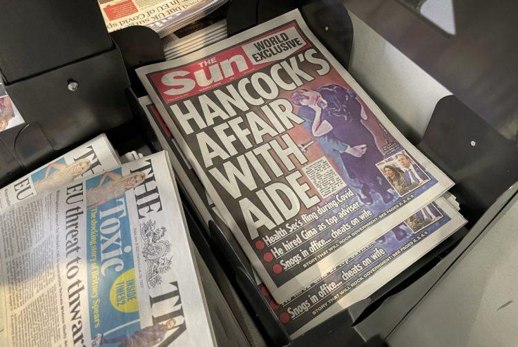 保健相のスキャンダルを報じたイギリス大衆紙サン(Getty Images)