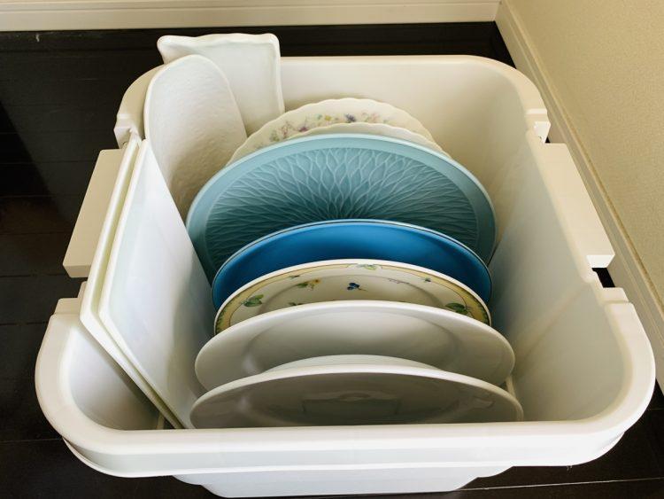 """直径約31cmの大皿やさんま用の長皿を、取り出しやすいように立てて""""小""""で収納可能"""