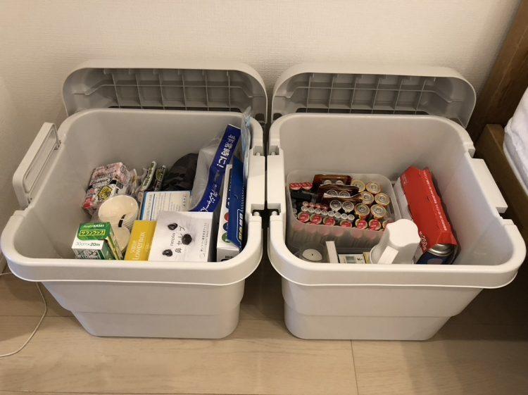 長谷さんは寝室に収納ボックスを置く。電池やガスボンベなどの動力源と、マスクやティッシュペーパーなどの紙類が入っている