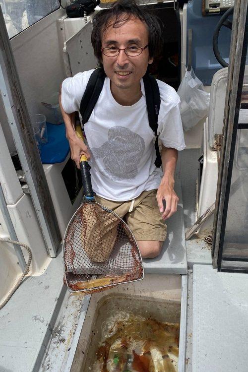 唐津の海でイカ釣りを楽しむ筆者