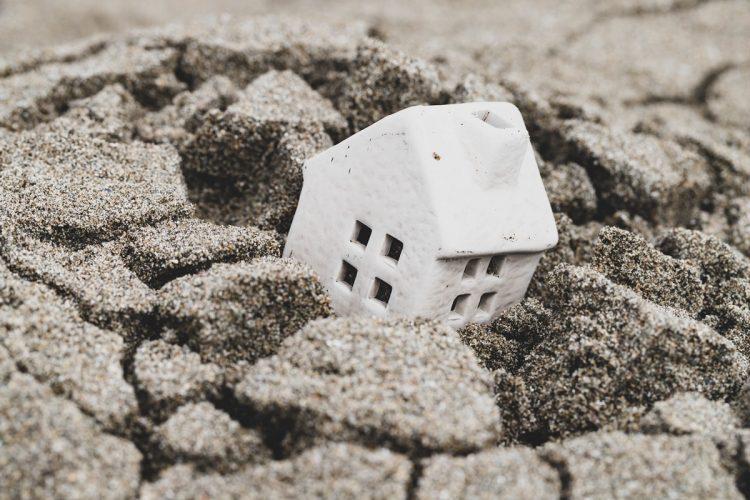 地震で「倒れる家」「生き残る家」をどう見分けるか(イメージ)