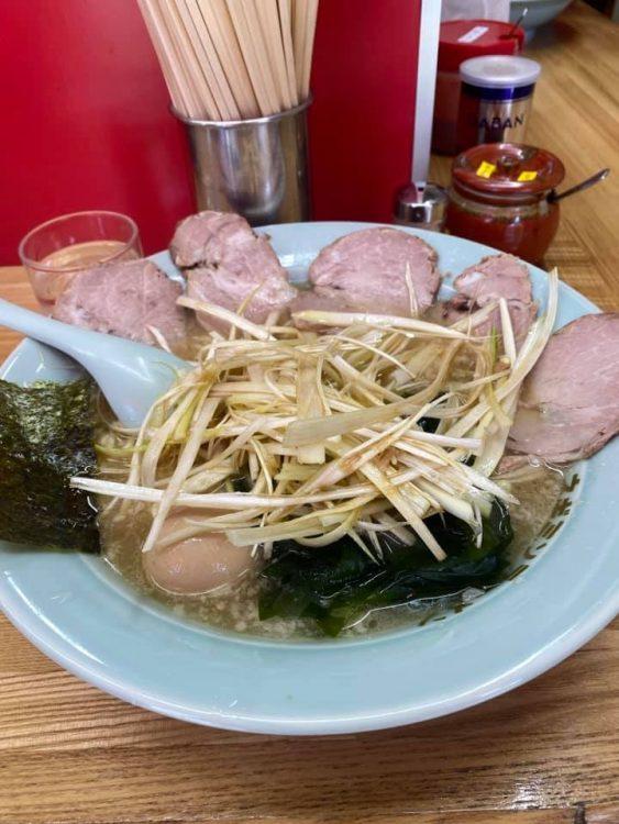 調味料「クマノテ」は欠かせないという(写真は堀切店名物の「ねぎチャーシュー麺」)