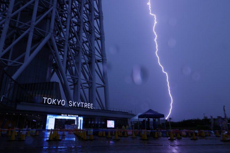 突然の激しい雷雨に見舞われるケースも増えている(写真/2020年、時事通信フォト)