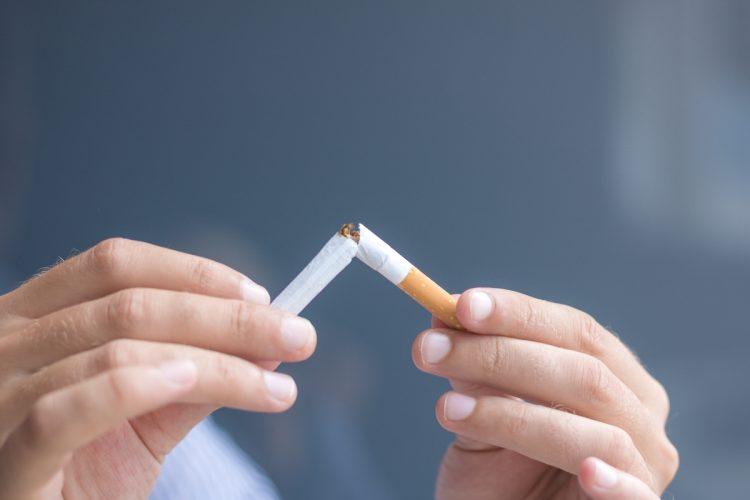 禁煙を訴える妻の言葉を聞き入れた夫だったが…(イメージ、Getty Images)