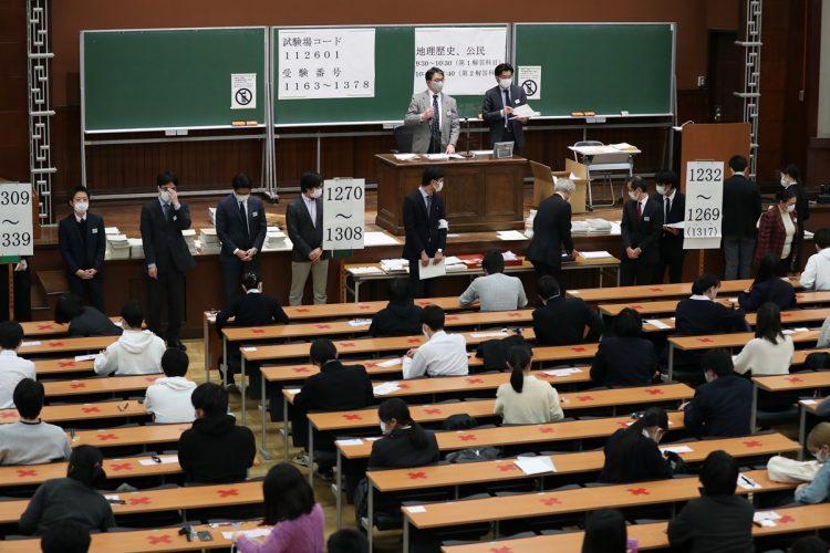 学歴による社会の分断は必然か(今年1月に実施された大学入学共通テストの様子。時事通信フォト)