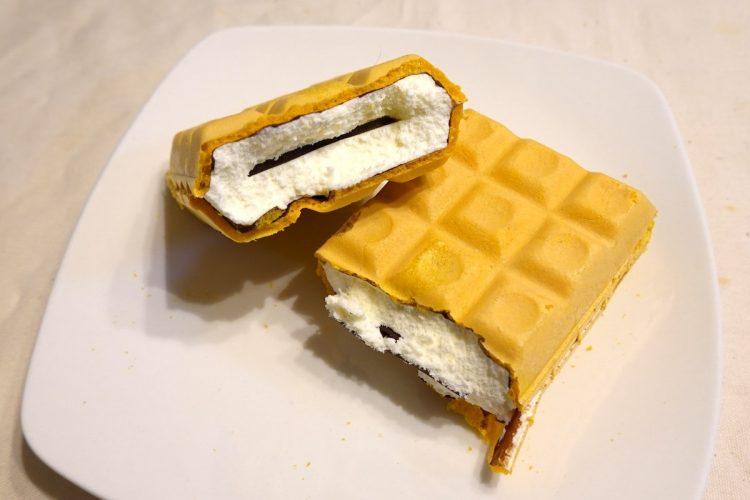 森永製菓『チョコモナカジャンボ』。中に薄い板チョコが入っている