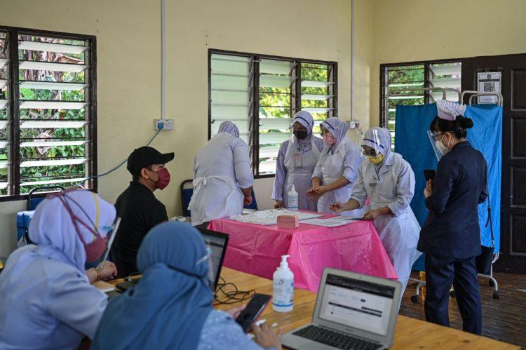 マレーシアのコロナ感染拡大が半導体供給にブレーキを掛けている(AFP=時事)