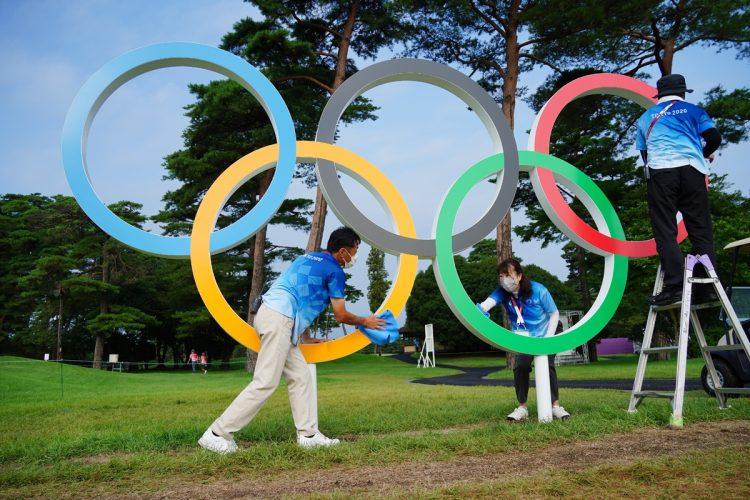 東京五輪ボランティアやスタッフが競技場内外で大活躍(時事通信フォト)
