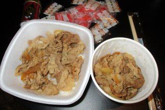 中川氏が注文した「牛丼小盛」と「肉だく(牛小鉢)」。紅ショウガは多めにもらえました