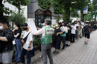 渋谷の若者向けワクチン接種会場の長い行列(8月29日、EPA=時事)