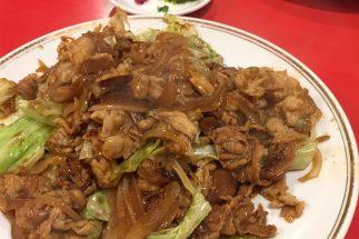 豪快に盛り付けられた、ある町中華の肉野菜炒め