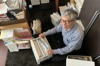 自宅の資料を整理する森田氏