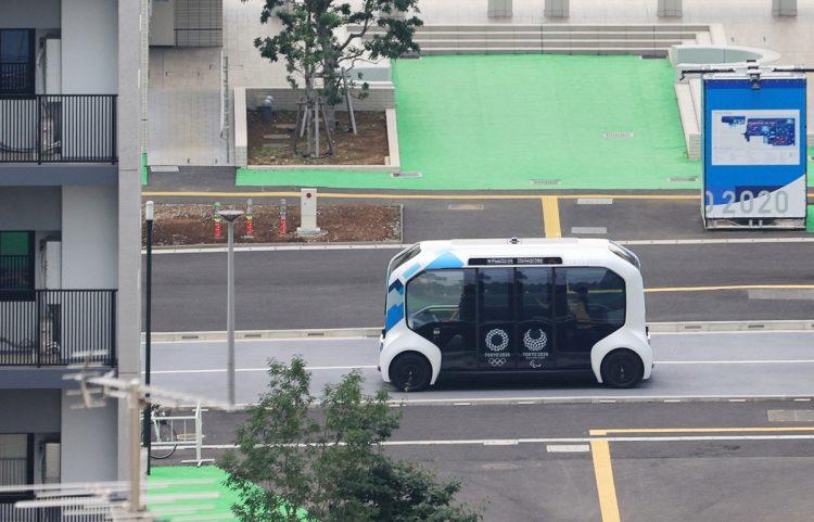 選手村を走るトヨタの自動運転バス「e-パレット」(時事通信フォト)