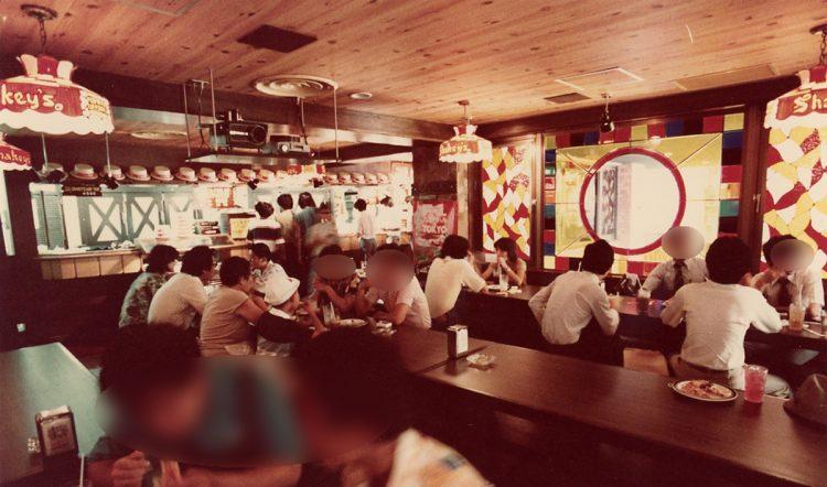 1973年、オープン当時の『シェーキーズ』の店内