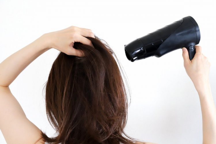 髪の毛にパサつきを感じやすいこれからの季節、ヘアケアの基本をあらためて見直したい(イメージ)