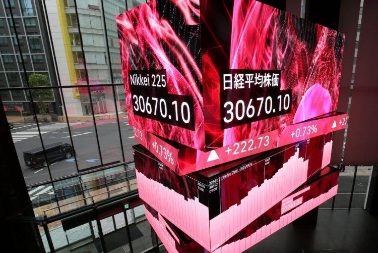 日経平均株価も31年ぶりの高値を記録(時事通信フォト)
