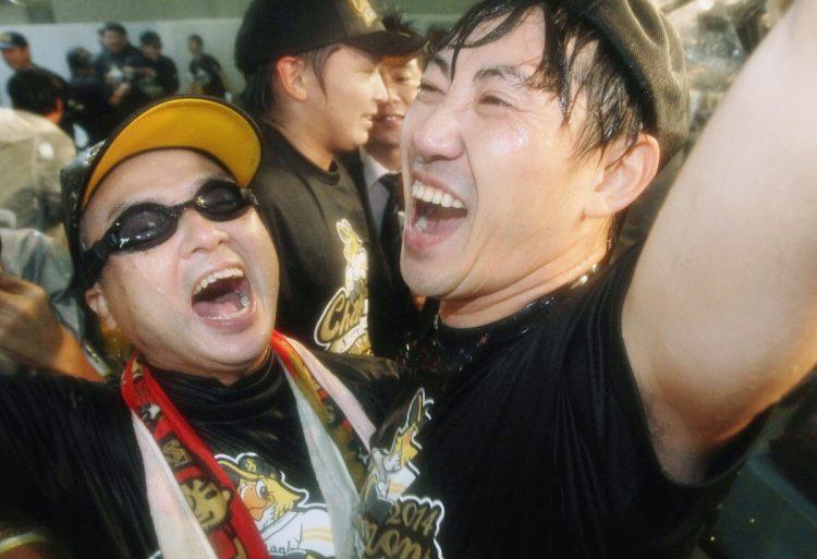 孫正義氏(左)のホークスに対する要求はただ一つだった(2014年に日本一に輝いたソフトバンクホークス。時事通信フォト)