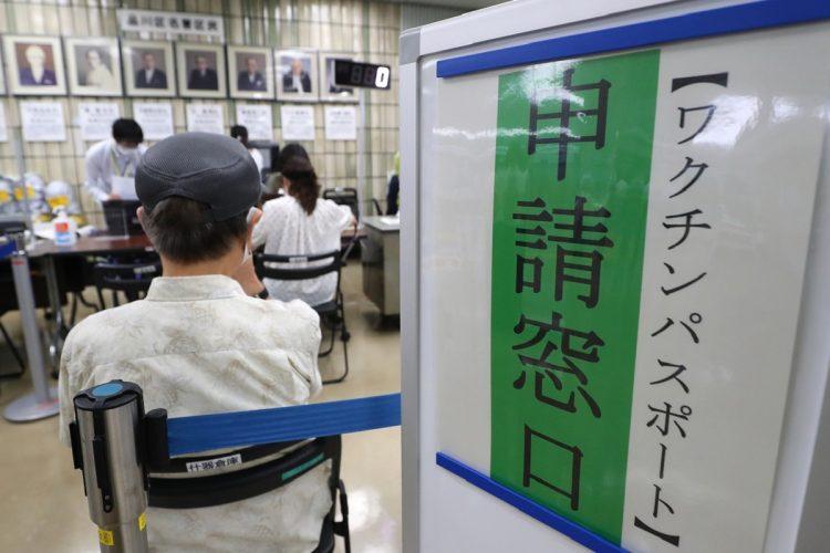 海外渡航用のワクチンパスポートはすでに各自治体で発行されている(東京・品川区/時事通信フォト)
