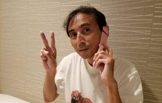 長年愛用中のピンクのガラケーを手にする中川淳一郎氏