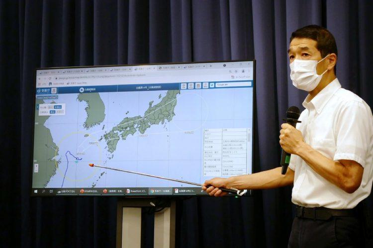 台風の見通しについて説明する気象庁の予報官(時事通信フォト)