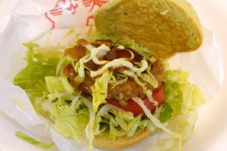 モスバーガーの『グリーンバーガー<テリヤキ>』。テリヤキソースとマヨソースをあとからかけて食べる
